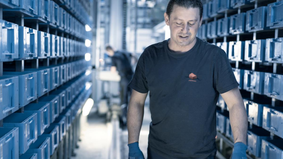 viastore service technician Kadir Sarikaya working for Hummel